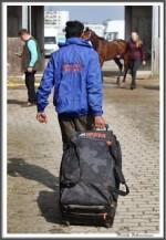 Bremer Galopprennen Mit Shetty 300318 Pferdepfleger Verlaesst Den Stall IMG 0536