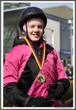 Bremer Galopprennen Mit Shetty 300318 Shetty Zack Vorbei Das Rennen Sieger Igs Medaille IMG 0729